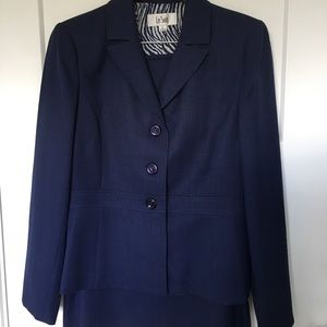 NWT!  Le Suit - Navy fully lined jacket and skirt